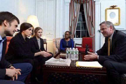 Толоконникова и Алехина на встрече с мэром Нью-Йорка де Блазио