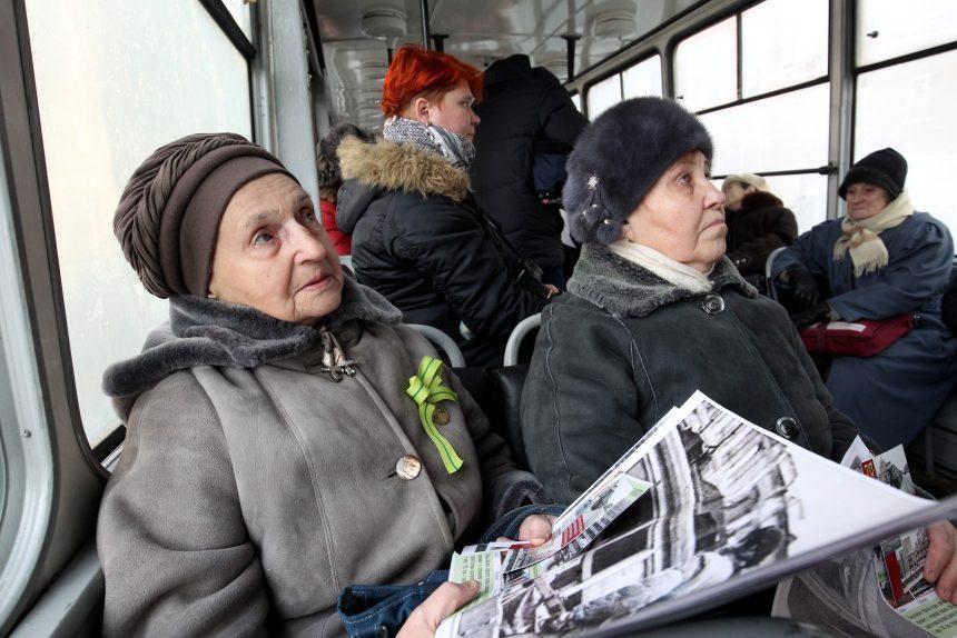пенсионеры в трамвае