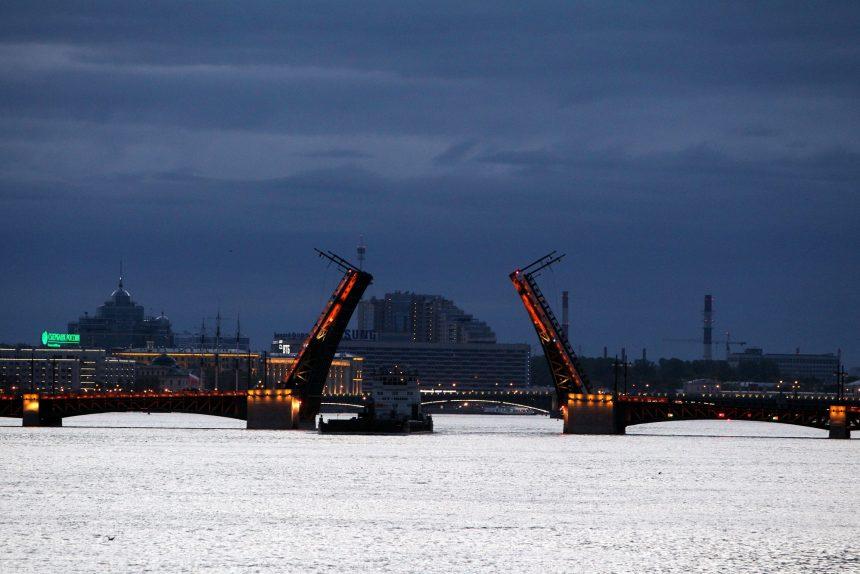 развод разведённый дворцовый мост навигация на неве утро белая ночь