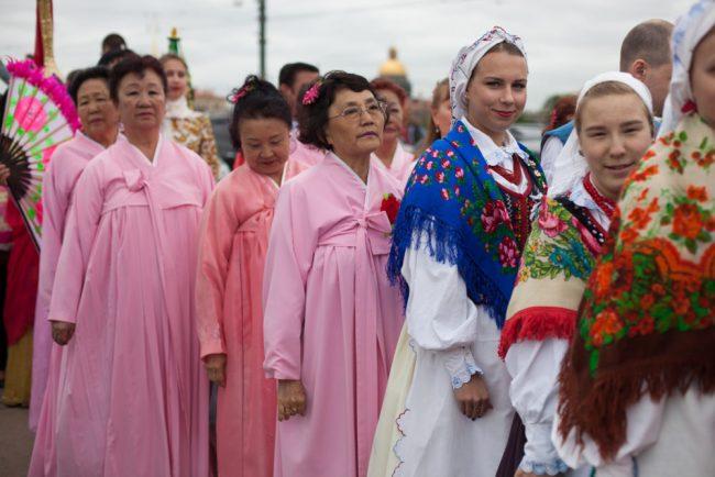 бал национальностей народные костюмы культура красивые девушки