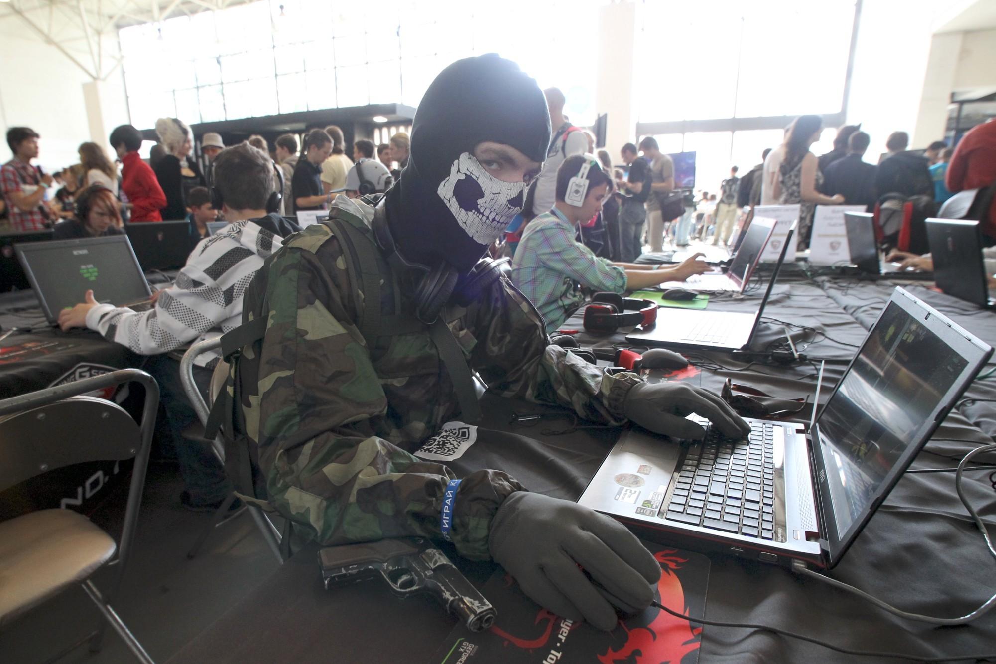 хакер взлом киберпреступность информационная безопасность пистолет маска