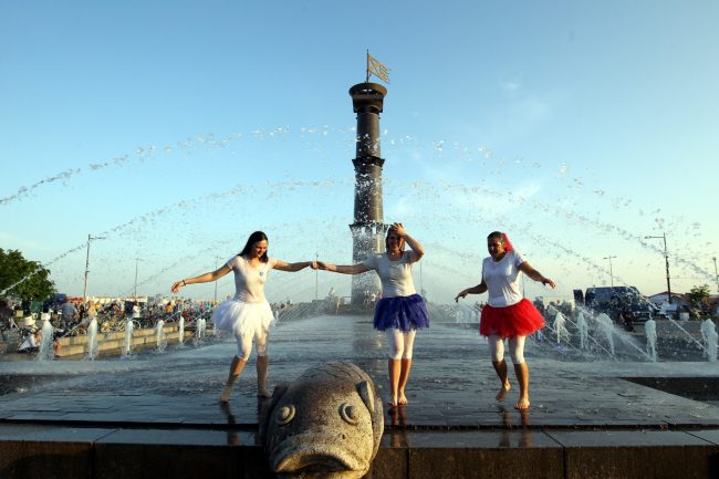 парк 300-летия фонтаны купание жара вода девушки