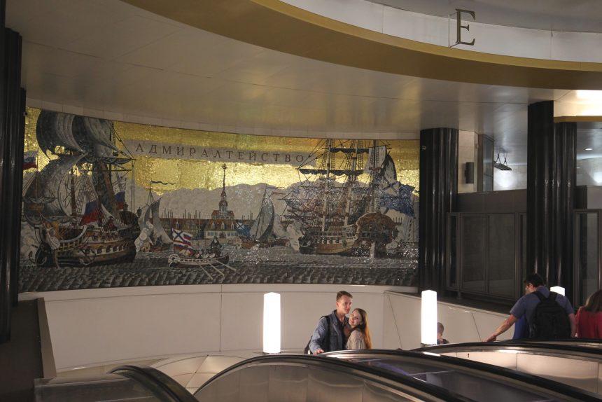 станция метрополитена адмиралтейская эскалатор мозаика молодые люди пара