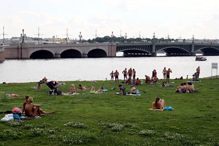 лето жара загорающие люди нева троицкий мост