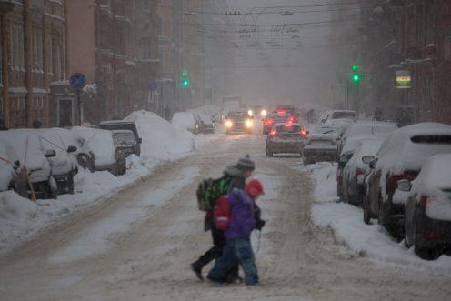 Петербургские дорожники перешли наусиленный режим работы из-за снегопада