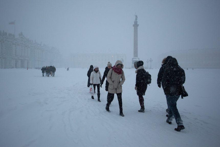 снег снегопад зима в Петербурге сугробы дворцовая площадь очередь в эрмитаж