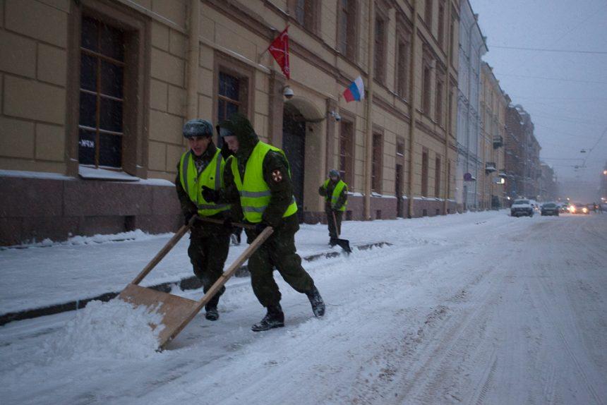 снег снегопад зима в Петербурге сугробы уборка снега дворники
