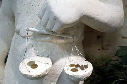 статуя фемида правосудие деньги коррупция