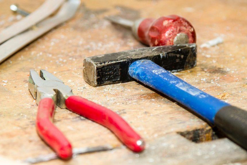 молоток плоскогубцы инструменты ремонт стройка строительство строительные материалы стройматериалы