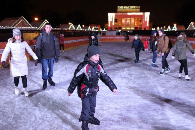Рождественская ярмарка Пионерская площадь каток катание на коньках