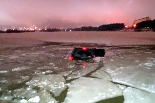 Вседорожный автомобиль потонул вШуваловском карьере вПетербурге