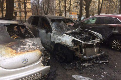 Porsche, VW и кадилак сгорели наМосковском проспекте