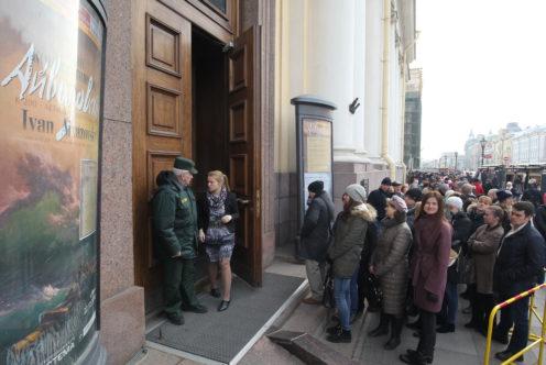 УРусского музея выстроилась внушительная очередь изжелающих посетить его бесплатно