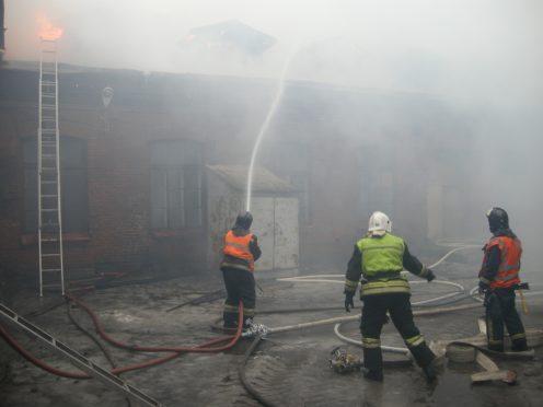 Наострове Декабристов загорелись склады завода имени Калинина