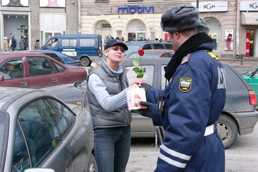 8 марта автомобилистка девушка за рулём дпс гибдд полиция подарки цветы
