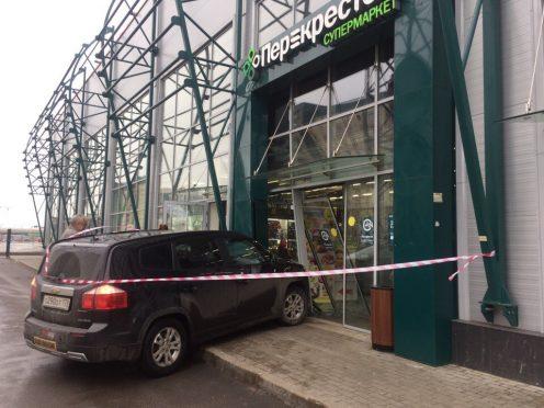 НаКамышовой вПетербурге автомобилист на«Шевроле» въехал вмагазин