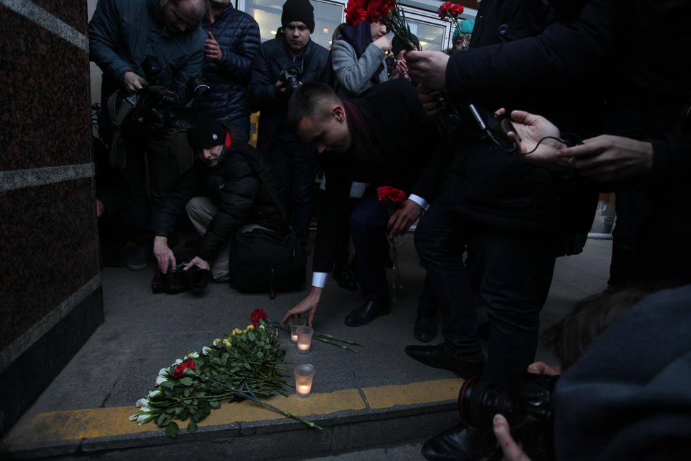 Петербуржцы несут цветы кстанции метро «Спасская»