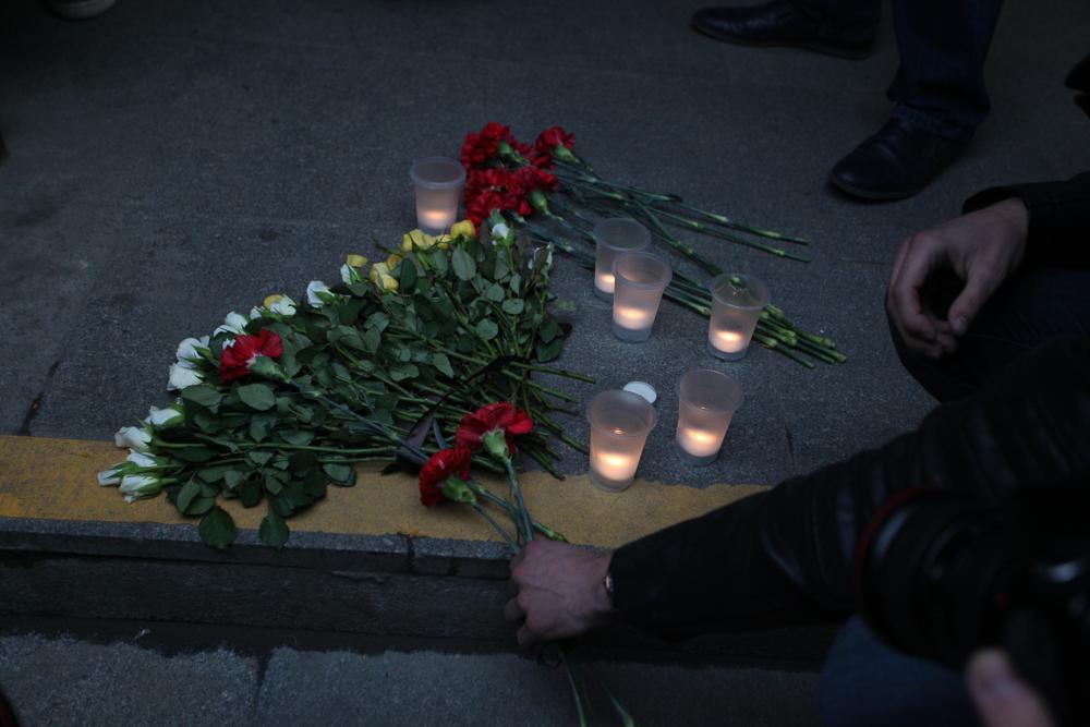 Люди продолжают нести цветы кметро «Сенная площадь»