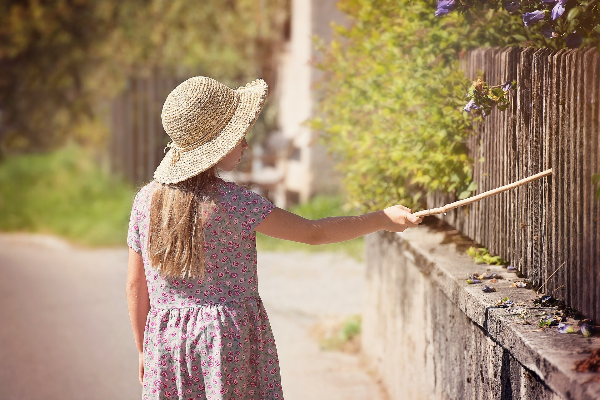 детство девочка и палка забор ребёнок