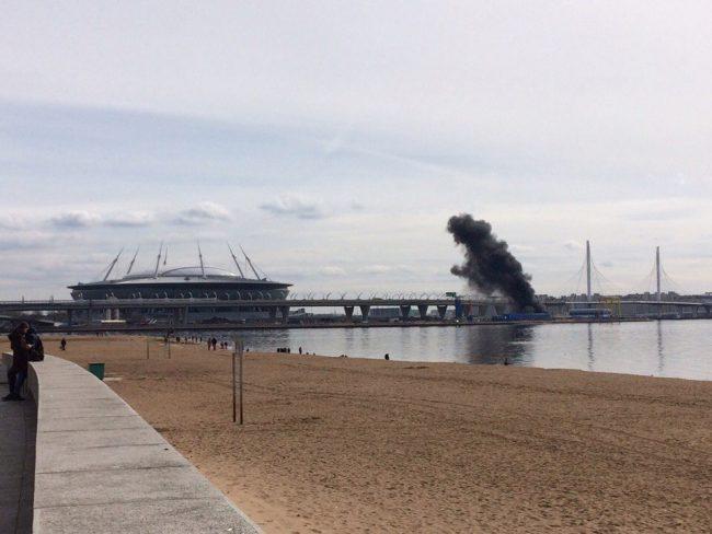 Устадиона наКрестовском острове интенсивный пожар