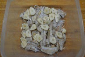 Кладём в блюдо, добавляем чеснок, соль и лимон
