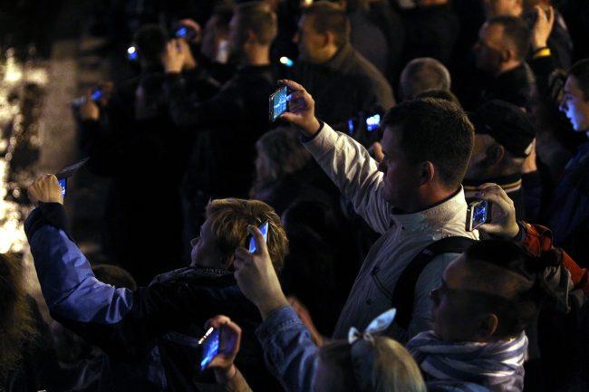 Поющие мосты Нева Дворцовый мост зрители мобильные телефоны