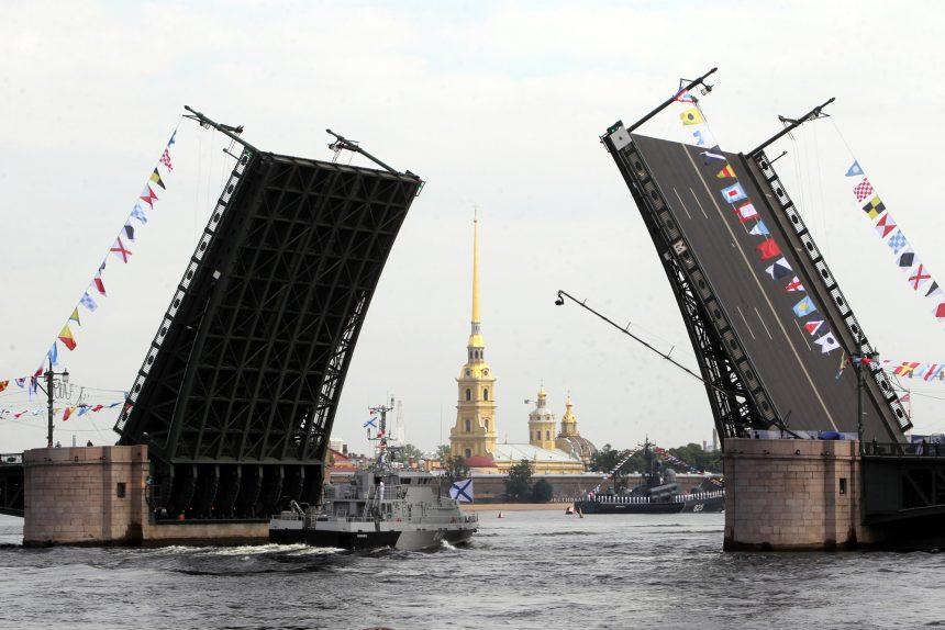 репетиция парада день ВМФ противодиверсионный катер Суворовец разведённый Дворцовый мост