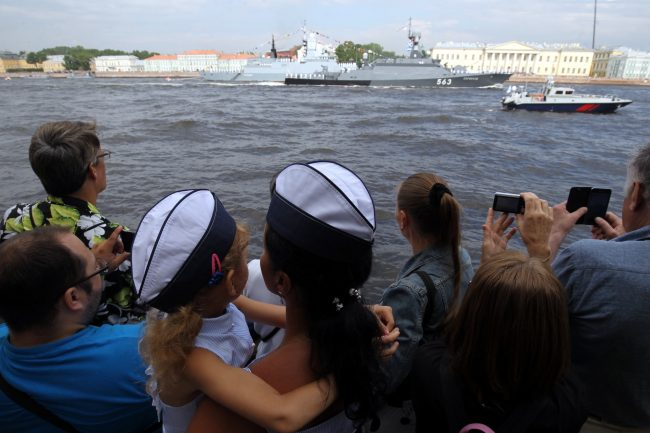 репетиция парада день ВМФ зрители мать с ребёнком