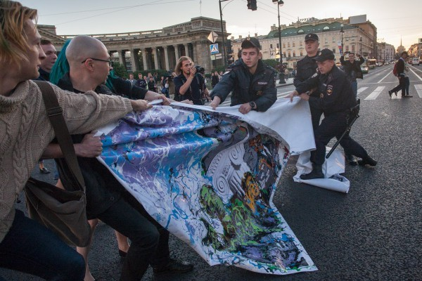 02-05.09.2013 - акция арт-группы Война в поддержку закрытых музеев власти и эротики