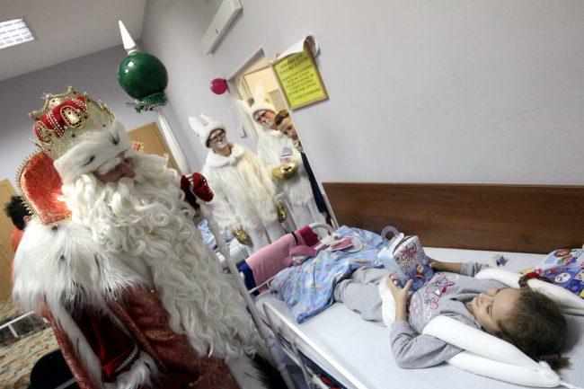 53-24.12.2016 - Всероссийский Дед мороз навещает пациентов петербургской детской больницы №2