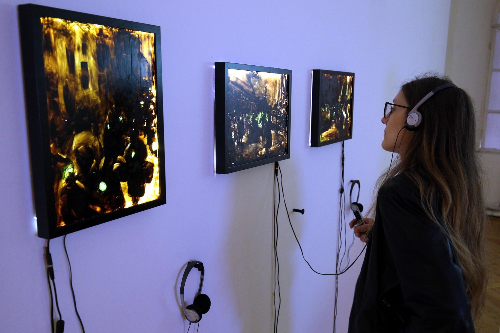 инсталляция чёрный свет выставка тихие голоса картины искусство музей