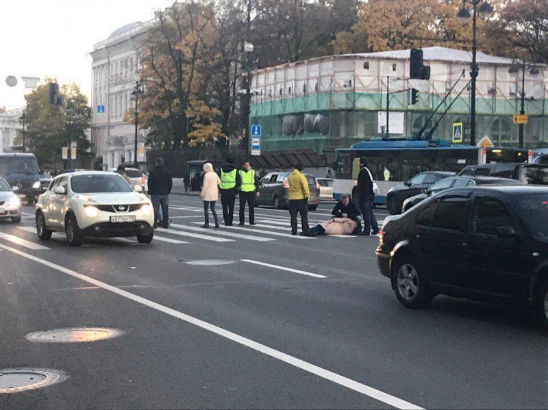 НаНевском проспекте мотоциклист сбил пешеходов на«зебре»