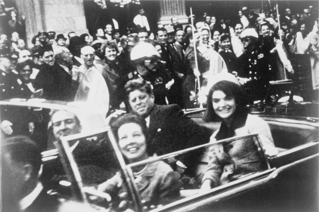 Джон и Жаклин Кеннеди в Далласе за несколько секунд до убийства 1024px-John_F._Kennedy_motorcade,_Dallas_crop