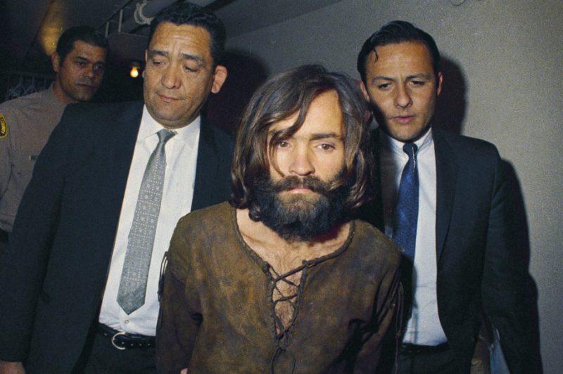«Семья»: серийный убийца Чарльз Мэнсон иего сообщницы. Архивные кадры