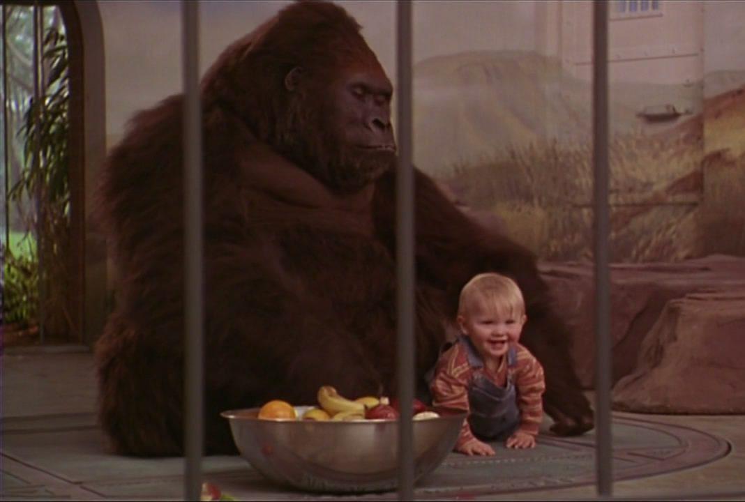 кадр из фильма младенец на прогулке