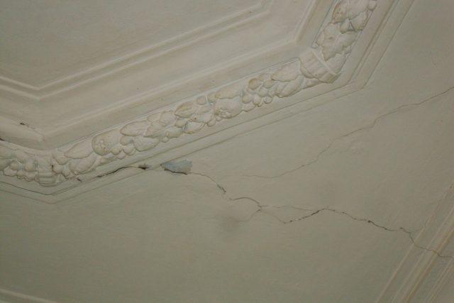 DSC09627   9-я советская 9/30 трещины обои подтеки трещины обои подтеки потолок