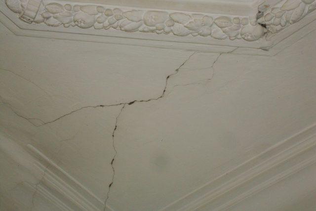 DSC09629   9-я советская 9/30 трещины обои подтеки трещины обои подтеки потолок