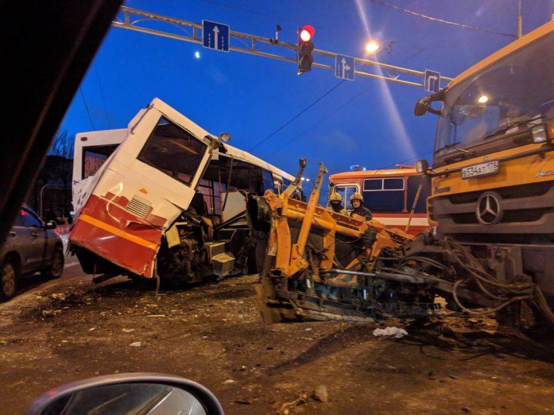 ДТП авария столкновение автобус снегоуборочная машина