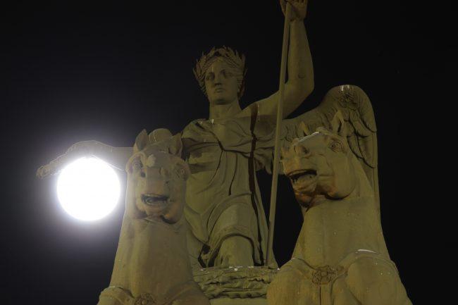IMG_0752 суперлуние полнолуние луна ночь петербург александрийский столб главный штаб главного штаба арка здание дворцовая площадь александровская колонна столп