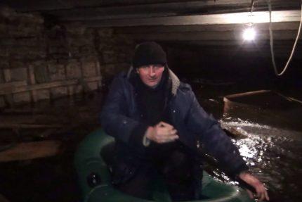 сплавились на лодке в подвале