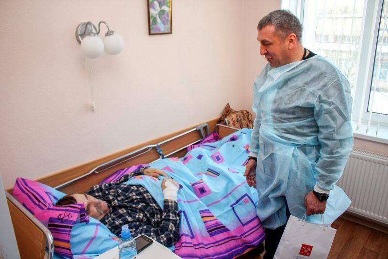 Игорь Албин навещает в больнице водителя автобуса Александра Игнатьева