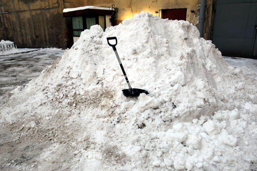 уборка снега сугроб лопата