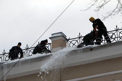 уборка снега крыша верхолаз