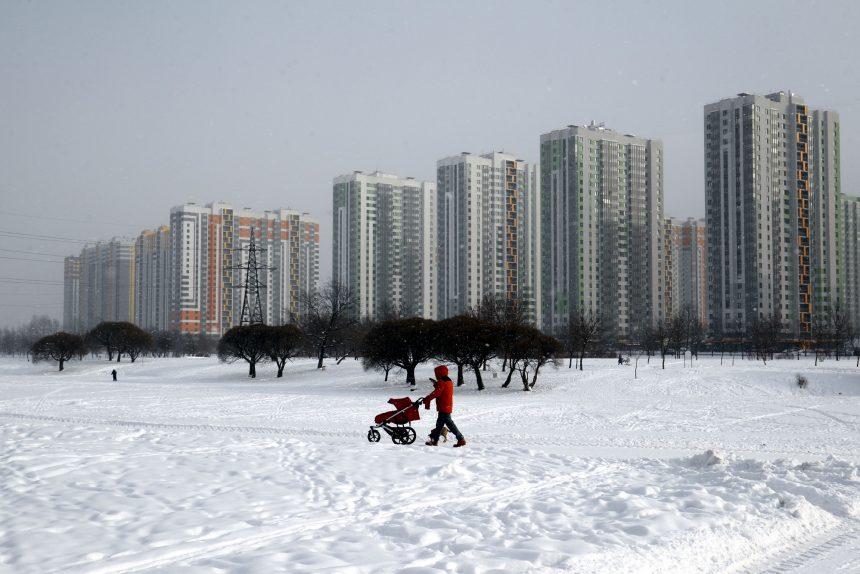 парк интернационалистов новостройки зима мама с коляской дети