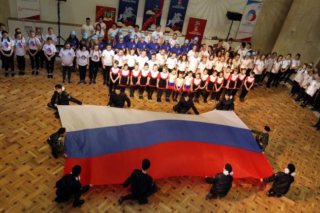 флэшмоб 100 дней до чемпионата мира по футболу аничков дворец дом творчества юных флаг России