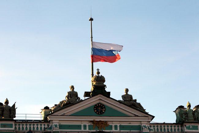 Эрмитаж траур по погибшим в Кемерово приспущенный флаг