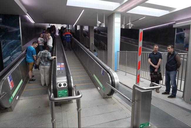 новокрестовская метро траволатор