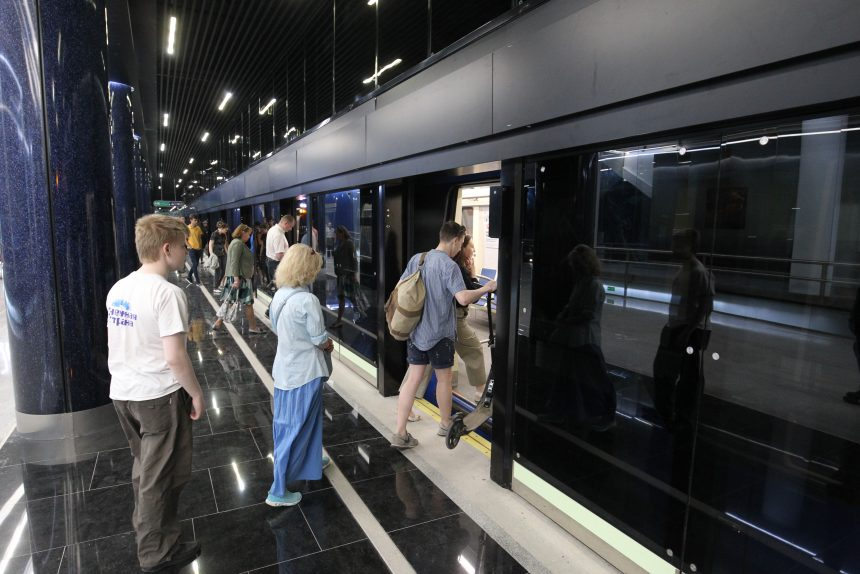 поезд метро новокрестовская люди пассажиры