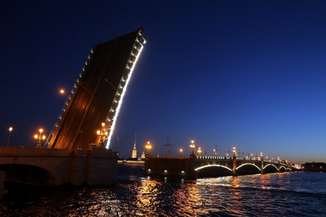 Троицкий мост разведённый Нева Петропавловская крепость судоходство навигация