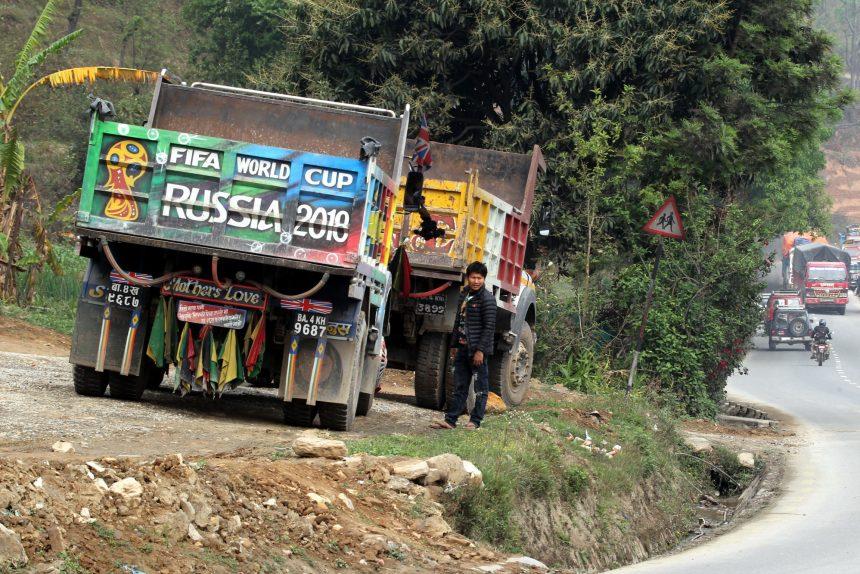 реклама Чемпионата мира по футболу ЧМ-2018 в Непале грузовики автомобили